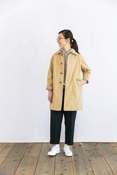 オールシーズン楽しめるYAECAの定番商品、ステンカラーコート。カーキもベージュ同様、コットンとナイロン混紡のハリのある生地。身長が小さめの方でも着こなせるちょうどいい長さの丈が人気です。身幅がやや広く、ゆったりとしたシルエットで作られているので、中にパーカーなどやや厚めのものを着ても、もたつくことがありません。フロント上部に4つついているボタンが視線を上にあげてくれる効果も。両サイドと内側についているポケットに財布と携帯電話を入れて身軽にお出かけしたくなるコートです。