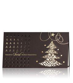 Kartka świąteczna B 604 Ciemny brązowy papier woskowy, nadruk złoty oraz półprzezroczysta termografia. Cała kartka wygląda bardzo luksusowo. Laserowe rzeźbione drzewo spod, którego widać wewnętrzną kartkę. Na froncie znajdują się także ozdoby świąteczne.