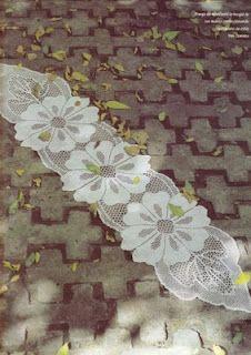 Big flower runner with diagram, filet work