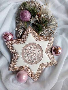 SKVĚLÝ OKRAJ NA SVÍCEN Lace Cookies, Star Cookies, Holiday Cookies, Christmas Gingerbread House, Christmas Sweets, Gingerbread Decorations, Gingerbread Cookies, Christmas Biscuits, Galletas Cookies