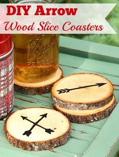 Super easy DIY Wood Coasters made from craft store wood slices. Super easy DIY Wood Slice Coasters made from craft store wood slices. No fancy wood burning tools required. Includes free printable templates for the arrows! Wood Burning Tool, Wood Burning Crafts, Wood Projects For Beginners, Diy Wood Projects, Sous Bock, Wood Slice Crafts, Diy Holz, Wood Coasters, Easy Woodworking Projects