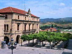 Vistas de la plaza y el ayuntamiento en Medina de Pomar