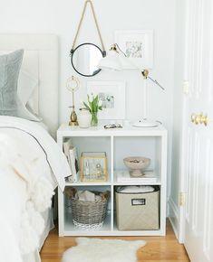 étagères Ikea Kallax en blanc acrylique, décor blanc et literie assortie