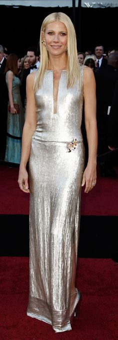 Red Carpet fashion dress / Gwyneth paltrow in a metallic Calvin Klein Collection gown, Brian Atwood pumps and Louis Vuitton jewelry Gwyneth Paltrow, Vestido Calvin Klein, Calvin Klein Dress, Blythe Danner, Mode Glamour, Red Carpet Looks, Models, Celebs, Celebrities