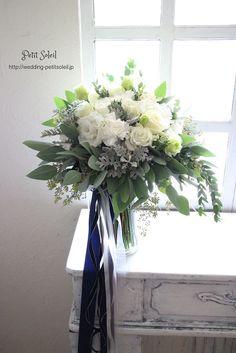 ホワイト×グリーンのナチュラルクラッチブーケ*白い花とたっぷりのグリーン(葉もの)のクラッチブーケ。シルバーリーフと呼ばれる、グレイッシュな葉を使ってクラシカルな雰囲気に