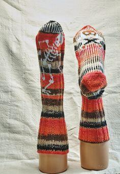 Halloweensokker Knit Socks, Knitting Socks, Halloween Outfits, Knit Patterns, Mittens, Crocheting, Knit Crochet, Footwear, Textiles