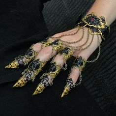 😈 black and gold claws 😈 Fantasy Jewelry, Gothic Jewelry, Hand Jewelry, Body Jewelry, Jewelry Accessories, Fashion Accessories, Accesorios Casual, Nail Ring, Fantasy Costumes