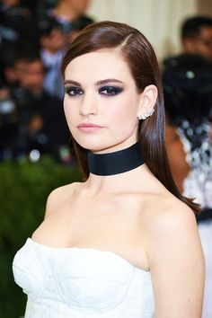 Lily James Long Side Part - Lily James opted for a sleek side-parted 'do when she attended the 2017 Met Gala. Hollywood Life, Hollywood Fashion, Hollywood Celebrities, Hollywood Actresses, Lily James Potter, Natalie Portman Mila Kunis, Actress Lily James, Gal Gadot, Beautiful Celebrities