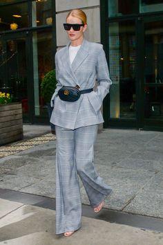 Рози Хантингтон-Уайтли в костюме Georgia Alice босоножках Manolo Blahnik очках Victoria Beckham и с сумкой Gucci в Нью-Йорке