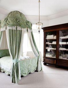 När Michael som ung besökte sina farföräldrar på slottet sov han alltid i det södra tornrummet. I det stora skåpet förvaras sänglinne och handdukar som brukats av många generationer på slottet.