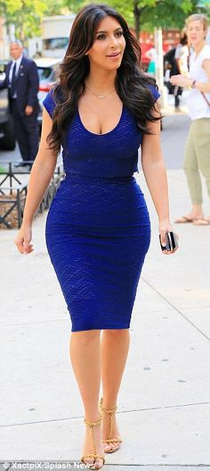 Kim Kardashian sheath electric blue dress with pair of golden sandal in New York. Kim Kardashian has made ​​a wise choice wavy hairstyle and makeup natural Kardashian Kollection, Look Kim Kardashian, Electric Blue Dresses, Kim And Kourtney, Kim K Style, Style 2014, Fashion Forever, Kendall Jenner Outfits, Ladies Dress Design