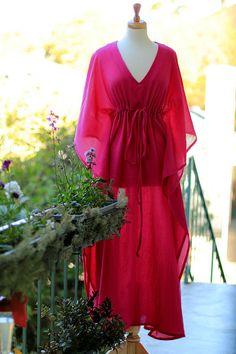 Une robe maxi caftan facile et venteux de Mademoiselle sirène packs lumière et l'air chic, parfait pour une croisière, une escapade île ou vacances d'été!! Magnifique et cool comme une couverture de plage-éclaté... ou de le porter sur un feuillet pour un ensemble de soirée tropicale parfaitement sans effort.  Il s'agit d'une silhouette fantastique qui semble aussi magnifique avec une paire de talons comme il le fait avec des sandales à la plage.  Tissu : -Mon gaze de coton 100 % est un…
