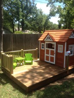 Pallet floor and fence idea for playhouse bakery