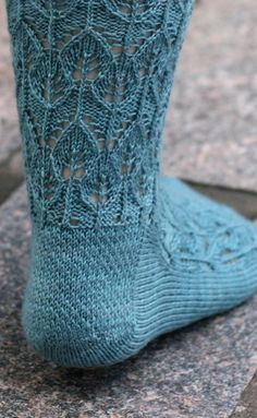 I'm getting a mid-century feel off of these.. Cute! Interlocking Leaves, by Kelly Porpiglia (from Knitty)