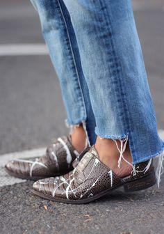 Как обрезать джинсы наподобие денима от Vetements и с чем их носить   Glamour   Glamour.ru