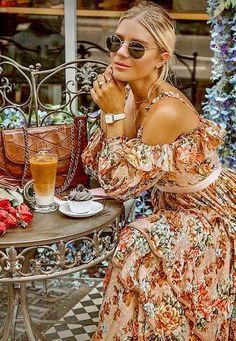 Coffee Girl, Coffee Love, Coffee Break, Opening A Cafe, Photography Tea, Beautiful People, Beautiful Women, Model Outfits, Travel