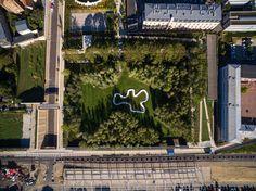 Le jardin et le passage des Étangs Gobert Ouvert au public en septembre 2014, le passage du jardin des Etangs Gobert est un trait d'union paysager permettant de désenclaver le quartier de la gare Versailles-Chantiers. Cette revalorisation patrimoniale des anciens réservoirs d'eau du château en jardin public a été imaginée par le paysagiste Michel Desvignes et l'architecte plasticienne Inessa Hansch.  © Ville de Versailles / Drive Productions