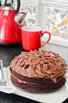 Μια υπέροχη τούρτα-ωδή στη σοκολάτα, που θα φτιάξετε εύκολα και γρήγορα και φυσικά δε θα μείνει κομμάτι...