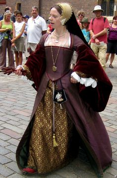 Tudor Costume ----- love the sleeves. Here it is again with a partlet: http://www.pinterest.com/pin/192599321540532030/