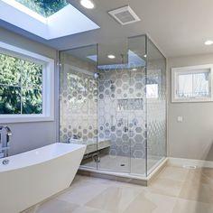 DIY-Glas fertigt für Sie Ihr Glas individuell nach Ihren Wünschen und Bedürfnissen an. Falls Sie bei Ihrer Bestellung Entscheidungsschwierigkeiten haben, stehen wir Ihnen mit unserer kostenlosen Beratung zur Stelle. So oder so liefern wir Ihnen Ihr Glas sicher nach Hause. Konfigurieren Sie jetzt Ihr Glas online und lassen Sie sich kostenlos von uns beraten! Bathroom Interior, Corner Bathtub, Bungalow, Diy And Crafts, Stairs, Space, House Building Tips, Modern Contemporary Bathrooms, House Interiors