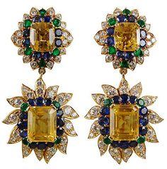 Van Cleef & Arpels oorbellen met gouden en blauwe saffieren, diamanten en smaragden