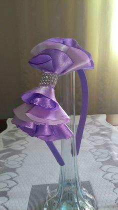 Maravilhosa tiara com laço em cetim. 25,00. Contato 033 991372720.