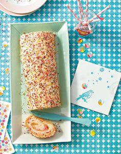 Mit feinem Vanillepudding gefüllte Biskuitrolle, umhüllt mit bunten Zuckerstreuseln