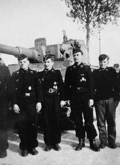 WEHRMACHT soldiers (army) Tiger with crew schwere PanzerAbteilung 505