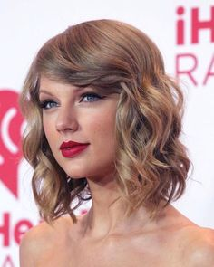 Taylor Swift Short Hair, Taylor Swift Makeup, Wavy Lob, Red Carpet Hair, Swift Photo, Stunning Makeup, Taylor Swift Pictures, Hairspray, Hair Goals