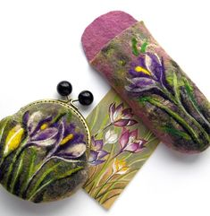 This is a hand felted Violets flower case that I have individually designed Felted eyeglasses case is made from gerdeous 100% wool and decorated with needlefelted Flower Crocus. Closure - metal button. Measurements: 7 (W) x 3 (H) inch, 17 x 9 cm It would also make an excellent makeup
