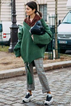 Green Sweater and Plaid Pants casual outfit 10 Chic-as-Hell Ways to Wear Plaid This Fall Casual Chic Outfits, Fashion Casual, Street Style Outfits, Plaid Fashion, Mode Outfits, Fall Fashion Trends, Fashion Week, Look Fashion, Winter Fashion