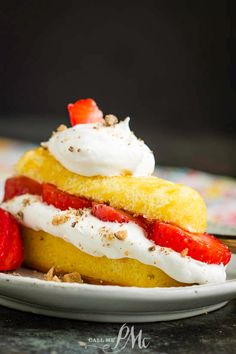 Strawberry Shortcake Twinkie is a three ingredient, quick and delicious dessert with a Twinkie snack cake, Cool Whip, and fresh berries. Great Desserts, Delicious Desserts, Dessert Recipes, Yummy Food, Dessert Bars, Profiteroles, Toffee, Fudge, Pecan Pie Bread Pudding