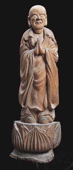 【山口・極楽寺/阿難尊者立像(江戸)】像高は100cm。銀杏材。木喰五行上人作。竪一材から造られており、背面は扁平で、元は一本の木であったとされている。眉・瞳には墨彩されており、両手を揃えているのが特徴的。 Japanese Monk, Buddhism, Sculpture, Statue, Sculptures, Sculpting, Carving