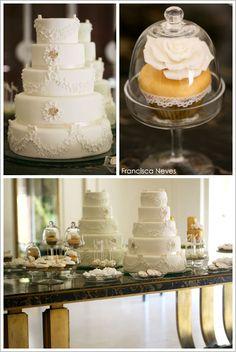 Elegante tortas de bodas de color blanco y dorado.
