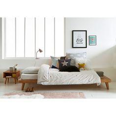 Esprit vintage avec son bois clair et ses pieds fuselés typiques des années 50, le lit Jimi possède un plateau en débord positionnable en tête de lit en tant que chevet ou en bout de lit pour poser boutis, oreillers, couvertures.Description du lit plateforme + sommier Jimi :Pour couchage 90 x 190 cm.Pieds fuselés.Sommier à lattes en pin massif intégré.Caractéristiques du lit plateforme + sommier Jimi :En pin massif teinté chêne finition vernis nitrocellulosique.Existe en taille 140 et 1...