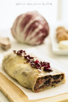 Strudel con radicchio rosso,salsiccia e taleggio Quiche, Antipasto, Taleggio Cheese, Strudel, Yummy Appetizers, Crepes, Cooking Time, Street Food, Pasta Recipes
