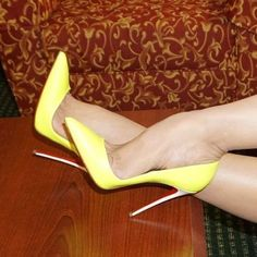 Yellow pointed toe stiletto heels. Tacchi Close-Up #Shoes #Tacones #Heels