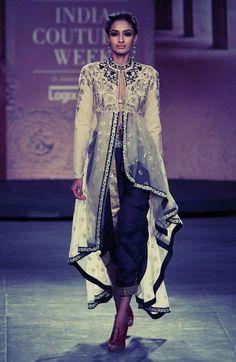 Anju Modi / India Couture Week via Vogue India Lakme Fashion Week, India Fashion, Ethnic Fashion, Asian Fashion, Anarkali, Lehenga, Sabyasachi, Sharara, Salwar Kameez