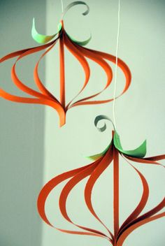 Im Herbst können Sie solche Kürbisse aus gebogenen Papier Streifen aufhängen