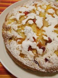 Come colazione la torta soffice alla frutta di stagione è ottima e adatta ai più piccoli, un modo furbo e gustoso per fargli mangiare la frutta.