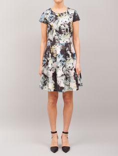 Feminin mønstrete kjole med utskjæring i ryggen.90% nylon, 10% spandex.Håndvaskes kaldt.Nor
