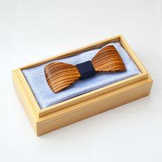 Dřevěný motýlek HARMONY STANDARD - zebrano malý Luxusní tvarovaný dřevěný motýlek z kombinace exotického zebranaa tmavě modrélátky uprostřed. Díky svému tvaru přiléhá motýlek mnohem lépe ke krku. Motýlek je celý dělaný ručně z masivu,je opatřen černou pruženkou s nastavitelnou velikostí obvodu krku a zapínáním na háček. Rozměry jsou 10x4cm a ikdyž se...