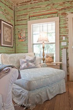 loooooooove the old rough wooden walls!!!