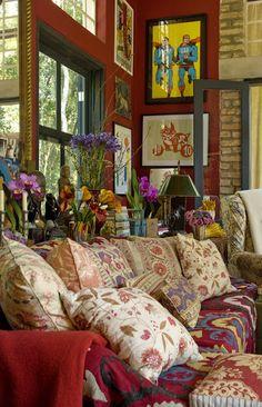 Decoração by Sig Bergamin: aparador no canto da parede, com mix de cores na decor: flores, castiçais, abajur e diferentes tipos de vasos. O segredo para a decoração rica e colorida é não ter medo de errar.