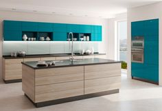 cocina moderna con isla de madera y armarios azules