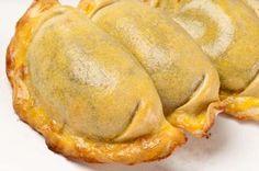 Estas son las recetas de masa para empanadillas que suelo utilizar. Las empanadillas hechas con estas masas se pueden freír en aceite caliente u hornear (180º, unos 12 minutos) hasta que doren.