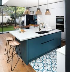 Top 5 Inexpensive kitchen Room ideas A kitchen island doesn't need to be huge to make a statement. How awesome is this simple but stunning blue cabinetry? Open Plan Kitchen Dining Living, Family Kitchen, New Kitchen, Family Room, Cosy Kitchen, Home Decor Kitchen, Kitchen Ideas, Blue Kitchen Island, Island Blue