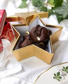 Chocolate-dipped figs with almond stuffing Chocolate Dipped, Homemade Chocolate, Chocolate Recipes, Chocolate Fondue, Finger Food Desserts, Finger Foods, Baking Recipes, Dessert Recipes, Figs
