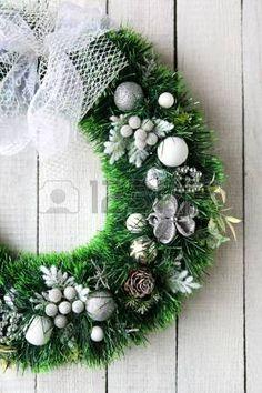 Karácsonyi koszorú ezüst fehér ajtó, élelmiszer közelről photo