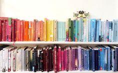 Nach Regenbogenfarben sortierte Bücher erobern gerade das Netz und sorgen für ein harmonisches Bild im Regal. Wir zeigen euch, wie es geht – mit fünf einfachen Tipps.